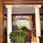 4 colonnes en faux marbre blanc veiné avec chapiteaux rehaussés à la feuille d'or