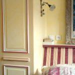 Chaux ferrée des boiseries. Mise en valeur de la tête de lit en décor imitation tissu