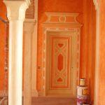 Chaux ferrée des murs du patio et décor des portes dans le même ton terre cuite