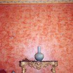 Chaux ferrée des murs, ton terre cuite et ornements de la corniche en motifs géométriques