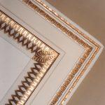 Corniche d'un plafond rehaussée à la feuille d'or