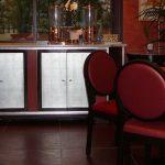 Décor à la feuille d'argent des portes du meuble bar d'une salle de petit déjeuner