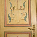 Décor des portes en patine à l'ancienne avec ornement des décors comportant des oiseaux