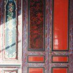 Décor en faux bois de porte en écaille de tortue rouge et chant en faux marbre fantaisie