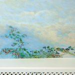 Faux ciel et ornement de fleurs d'un plafond. Vue d'un détail
