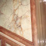 Panneau en faux marbre style jaune de Sienne et chant en patine imitation cuir