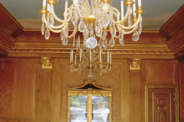 Salle à manger en faux bois chêne moyen, rehaussage et filage du chapiteau à la feuille d'or, décor ciel plafond redresse